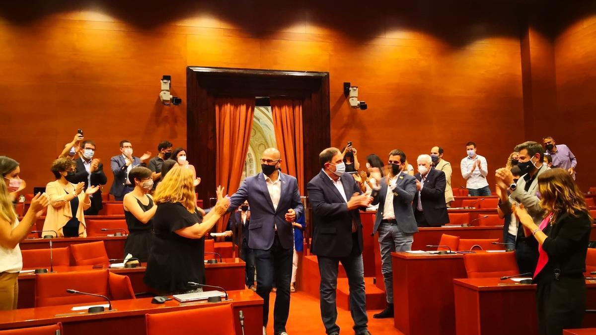 Oriol Junqueras y Raül Romeva son recibidos con aplausos por el grupo de ERC en el Parlament