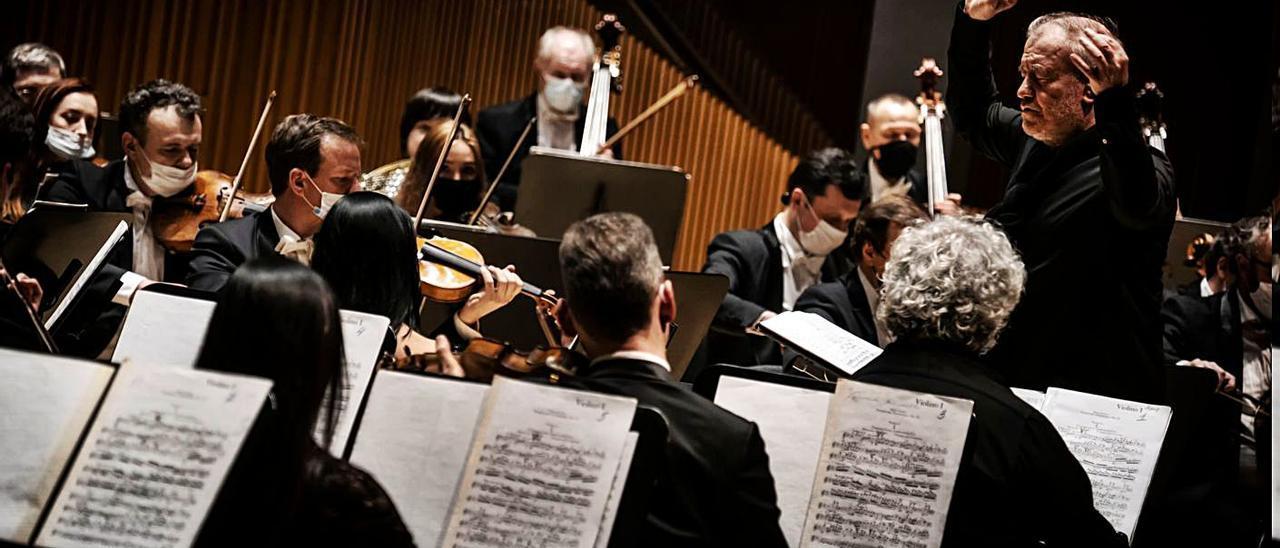Guérguiev, al frente de la  Orquesta del Marinski, en  València.  Live Music Valencia