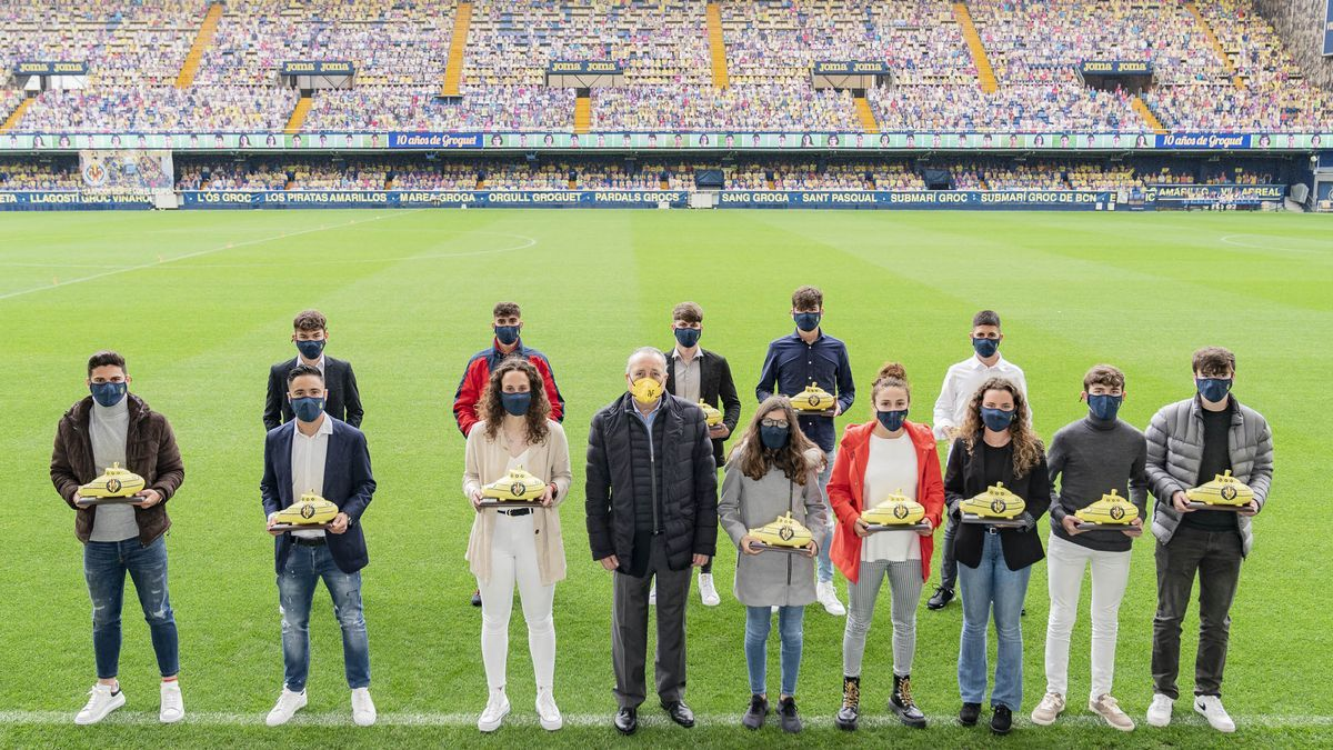 Los 13 jugadores reconocidos por el Villarreal CF por cumplir una década defendiendo la elástica amarilla, con el presidente Fernando Roig.