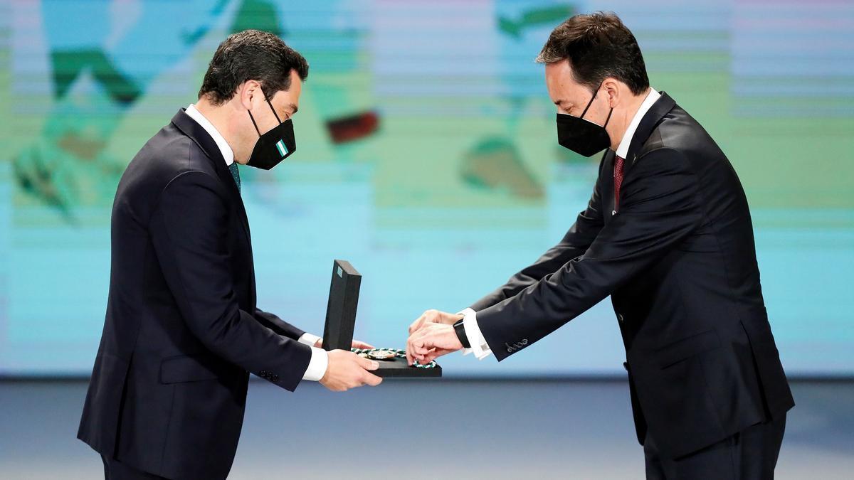 Juanma Moreno entrega una de las Medallas de Andalucía con motivo del 28F.
