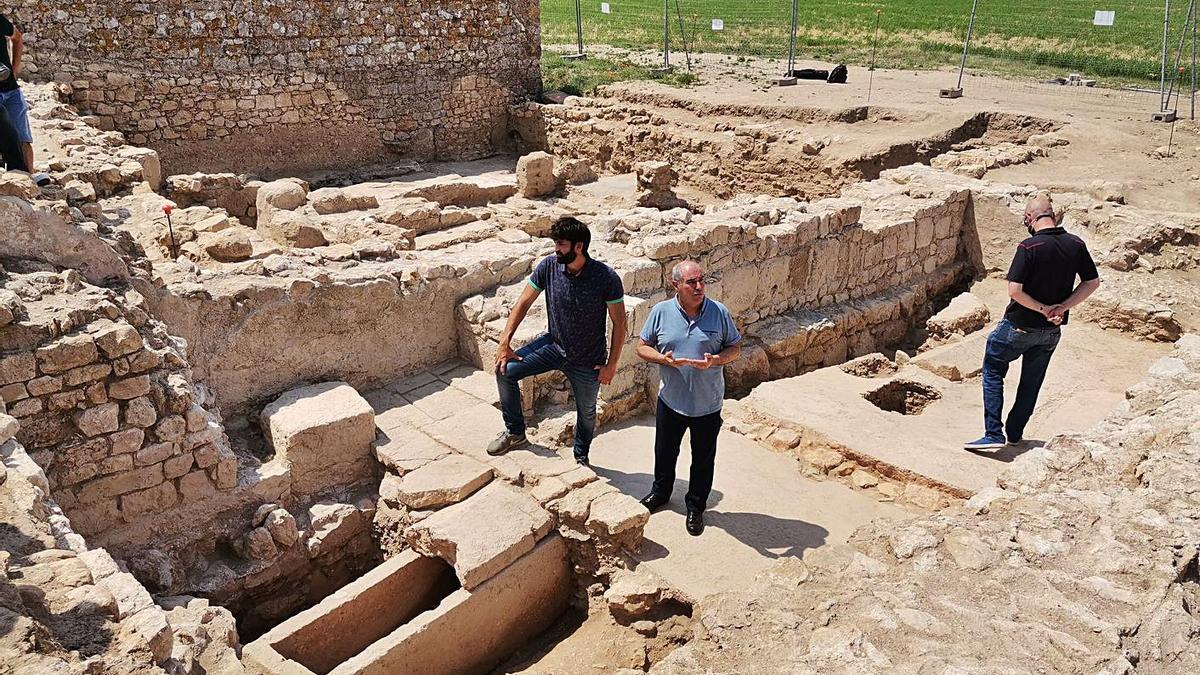 Tres dels arqueòlegs, amb Pere Castanyer al mig, participants del projecte iniciat fa dos anys