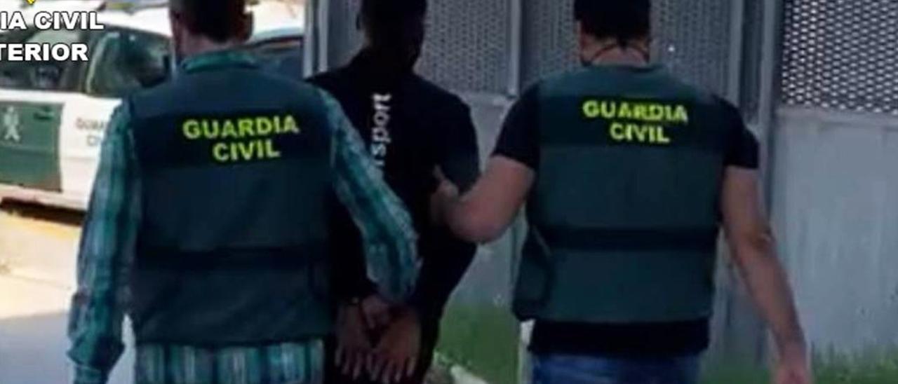 Imagen del traslado de uno de los arrestados en la operación de la Guardia Civil
