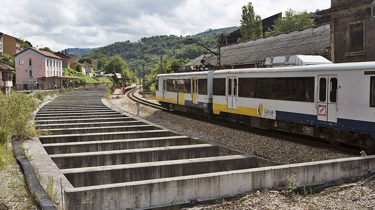 Un tren circula por el barrio Urquijo de La Felguera junto a la zona en la que se ejecutaron las obras de construcción del túnel.   Fernando Rodríguez
