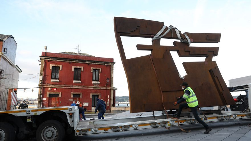 Instalación de la escultura Nordeste, ya restaurada
