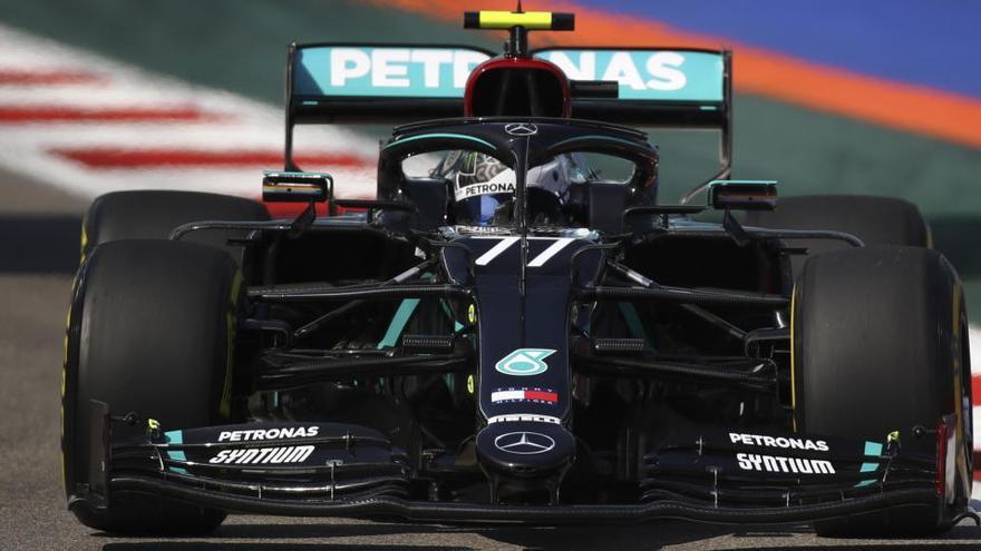 Bottas empieza al frente de los libres con Sainz cuarto