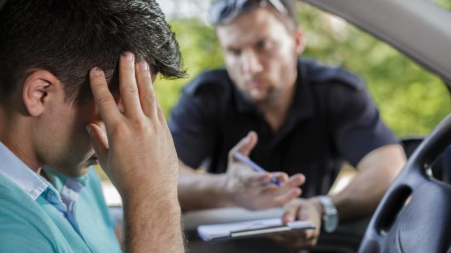 Podrían multarte con hasta 200 euros si te pillan mirando el móvil mientras conduces