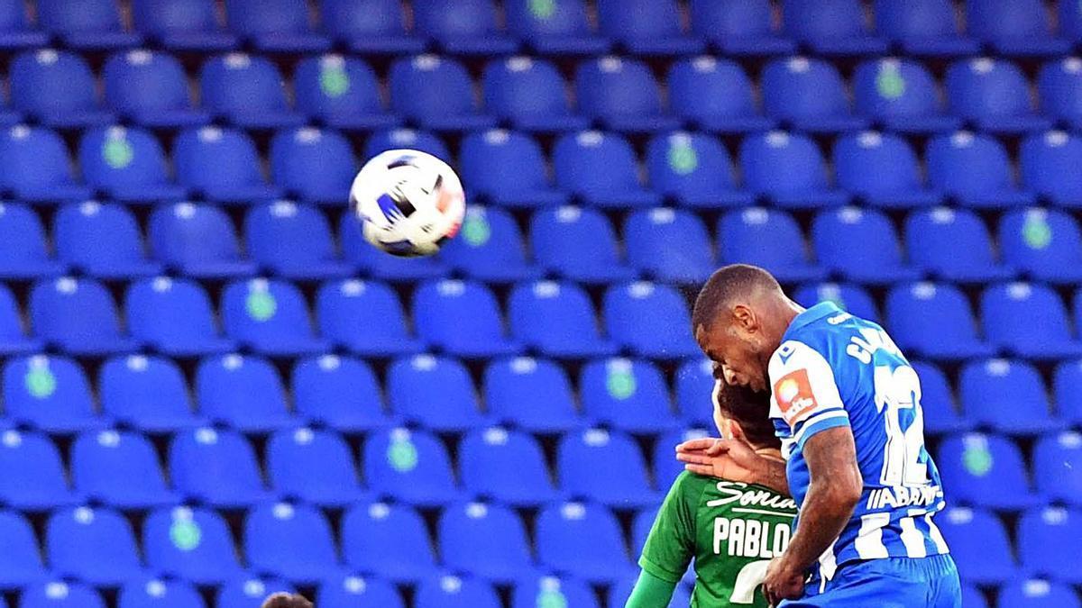 Beauvue salta con un defensa del Compostela ante Rolan, en el partido del pasado domingo. |  // V. ECHAVE