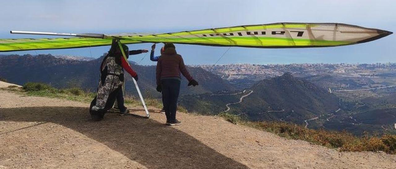 Un aficionado se prepara para iniciar un vuelo de ala-delta en el Desert