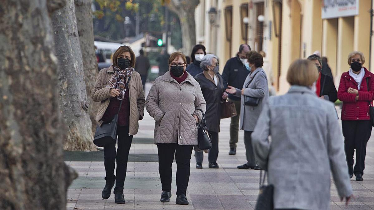 Gente caminando por la Albereda de Xàtiva, en una imagen tomada días atrás. | LEVANTE-EMV