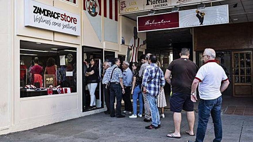Colas a las puertas de la tienda oficial del Zamora CF.