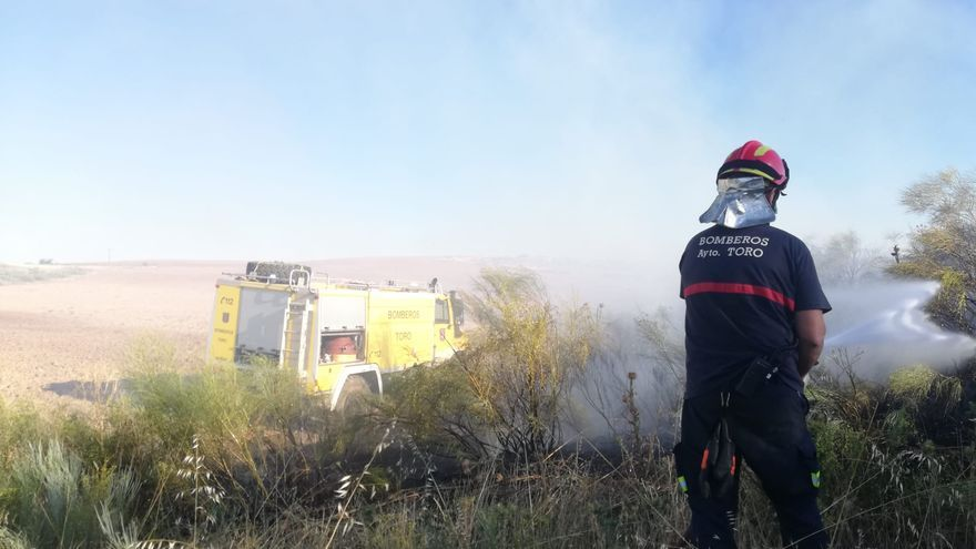 Activo un incendio en Aspariegos originado en una línea eléctrica
