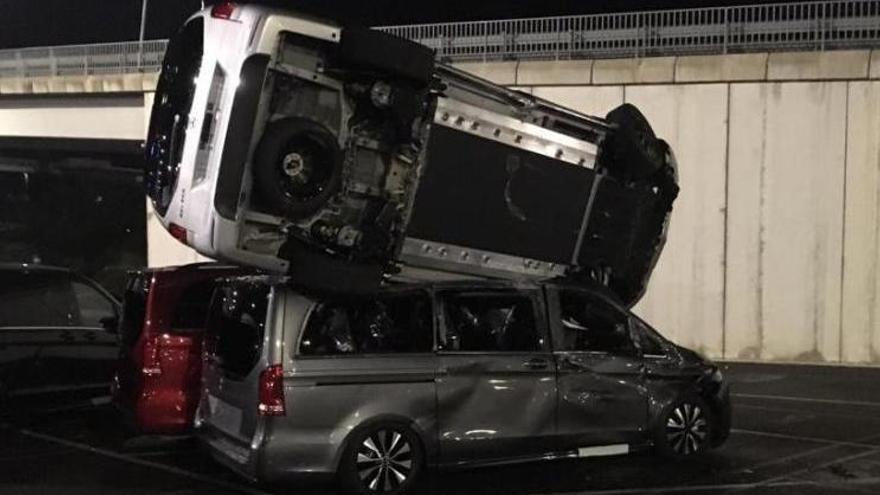 Destrossa 50 furgonetes a Vitòria amb una excavadora