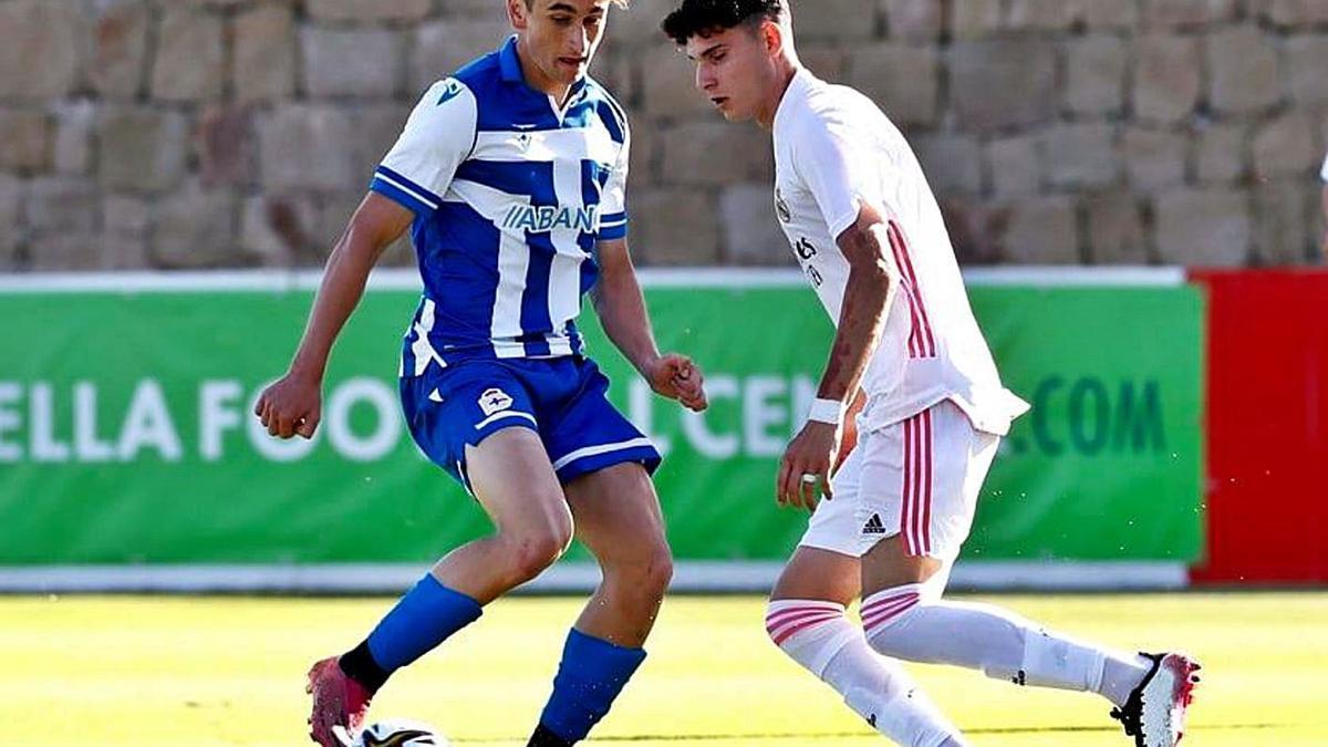 Noel regatea a un madridista en la semifinal disputada el jueves en Marbella.    // RFEF