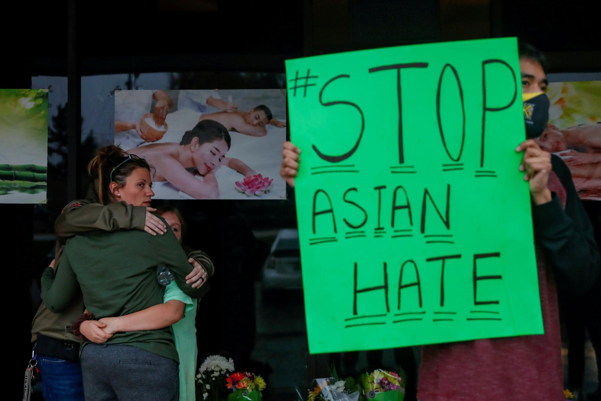 Un joven sostiene un cartel en repulsa al odio despertado hacia la comunidad asiática tras una serie de tiroteos en Atlanta