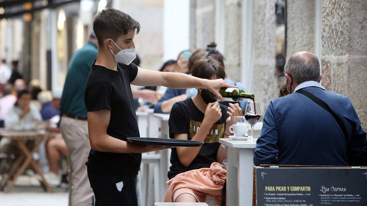 Un camarero sirve un vino en el casco vello de Baiona, ayer