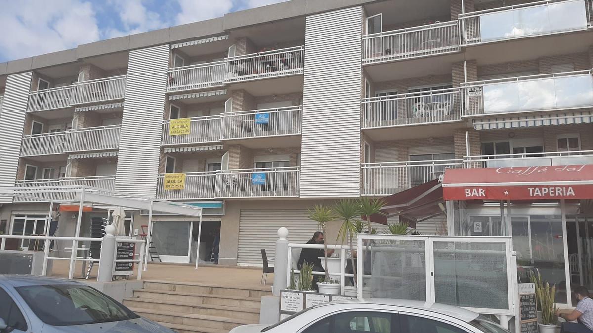 Apartamentos con el cartel de 'Se alquila', en Peñíscola