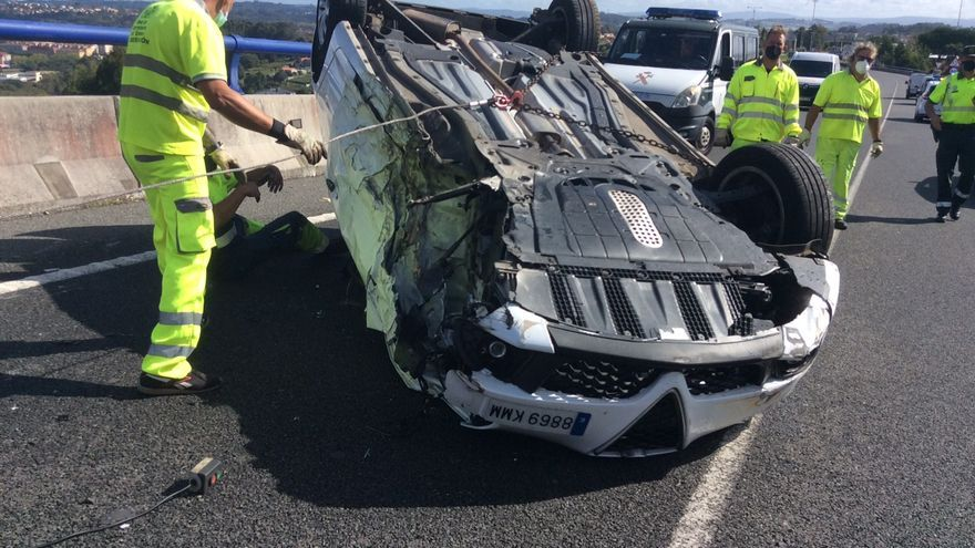 Un carril cortado por un coche volcado en el vial de Alvedro a la AC-14
