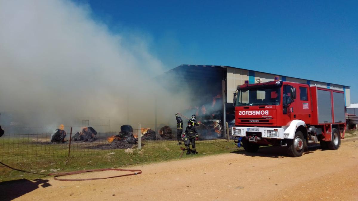 Los bomberos sofocan el incendio en la nave agrícola de Alfaraz de Sayago.