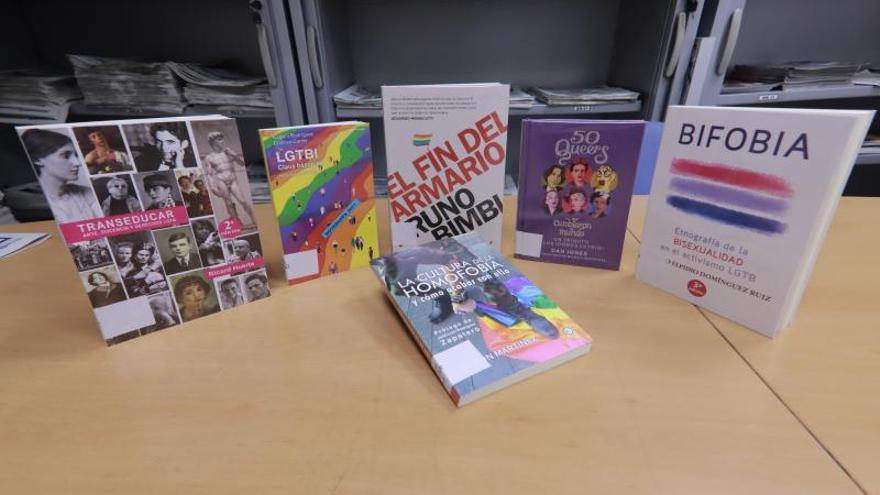 Carlet compra los 32 libros LGTBI retirados para cederlos a la biblioteca
