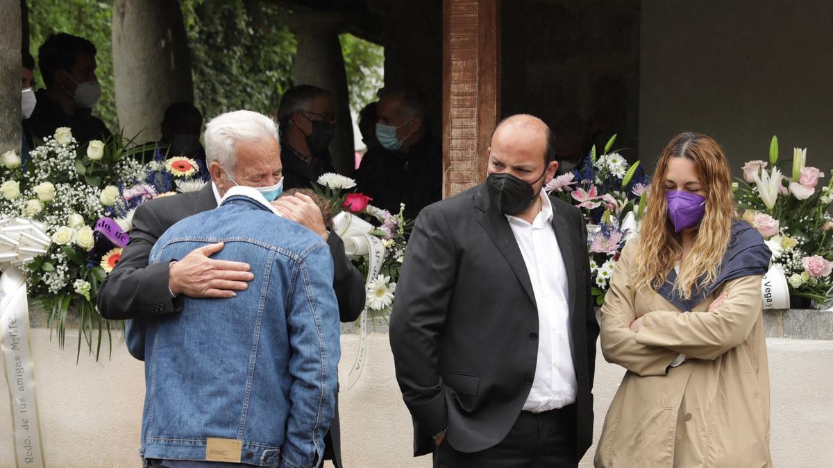 El hijo de la fallecida llora sobre el hombro de su abuelo, Serrano Aladro, junto a su tío y hermano de la fallecida, Manuel Aladro y su mujer, Patricia García.