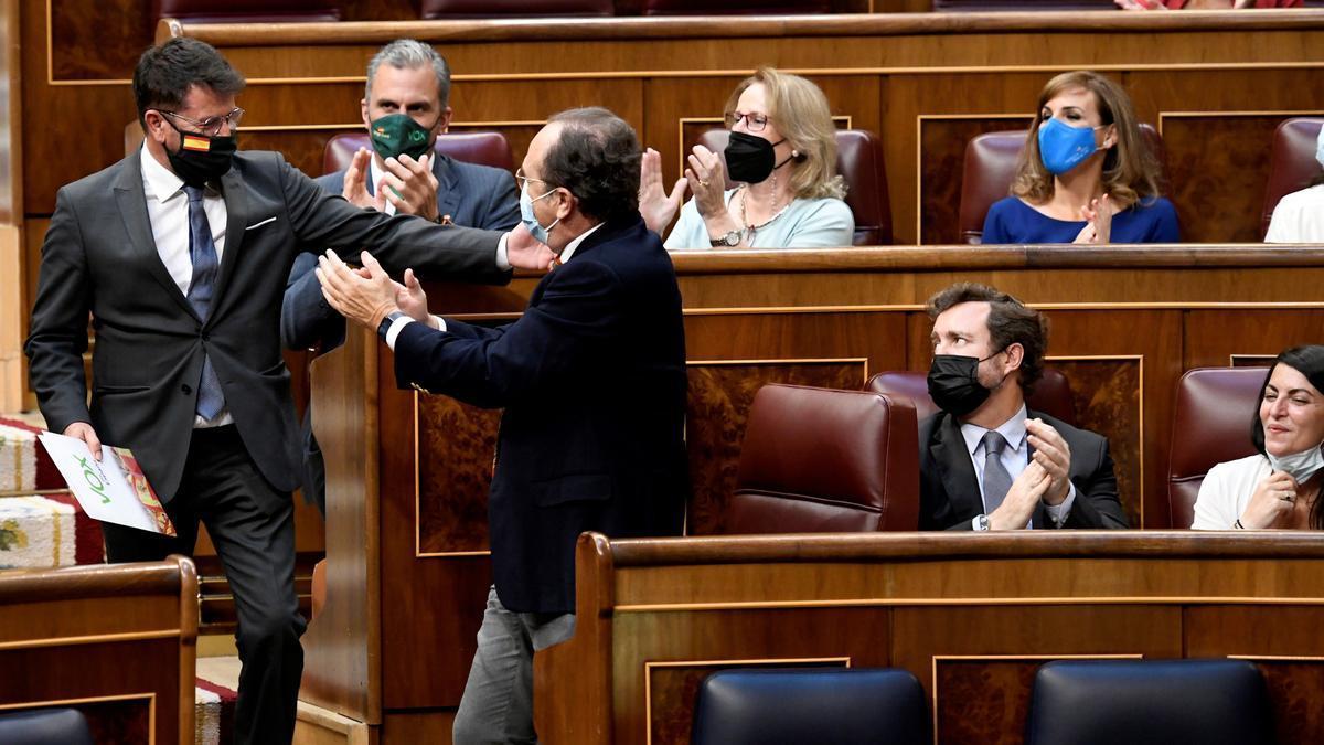 Joaquín Robles saluda a sus compañeros de Vox en el Congreso.