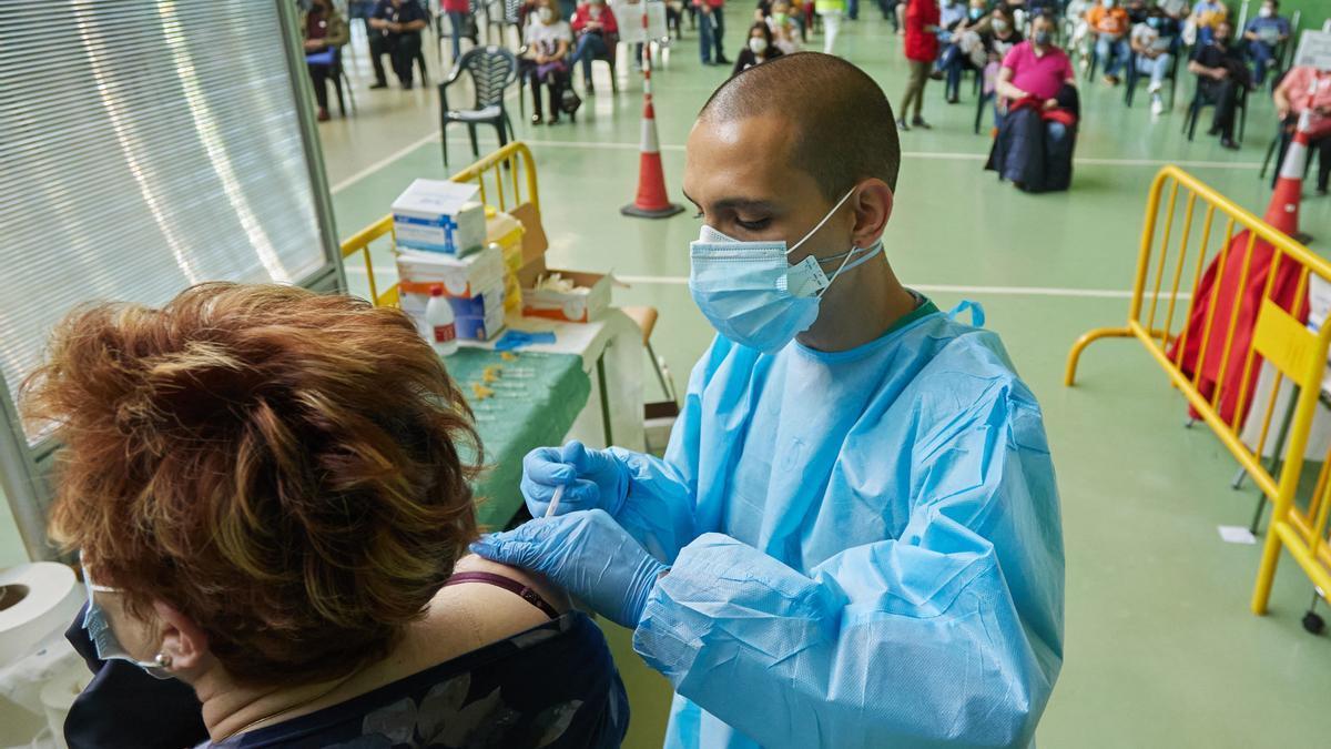Una mujer es vacunada en Ciudad Rodrigo, Salamanca.