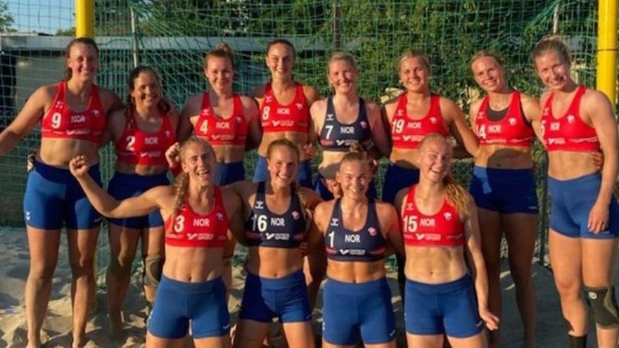 La selección Noruega, sancionada por usar mallas cortas en lugar de bikini