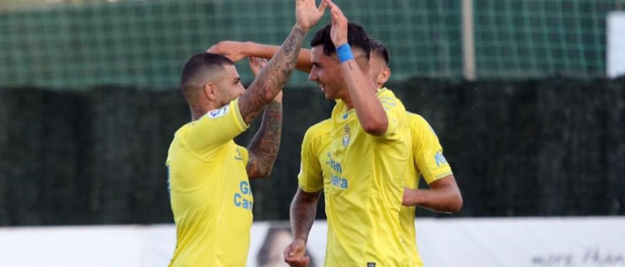 Mujica -derecha- celebra con Aridai el gol de la victoria ante el Espanyol.
