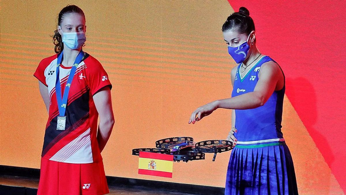 Un dron entrega la medalla a Carolina Marín | EFE/SERGEY DOLZHENKO