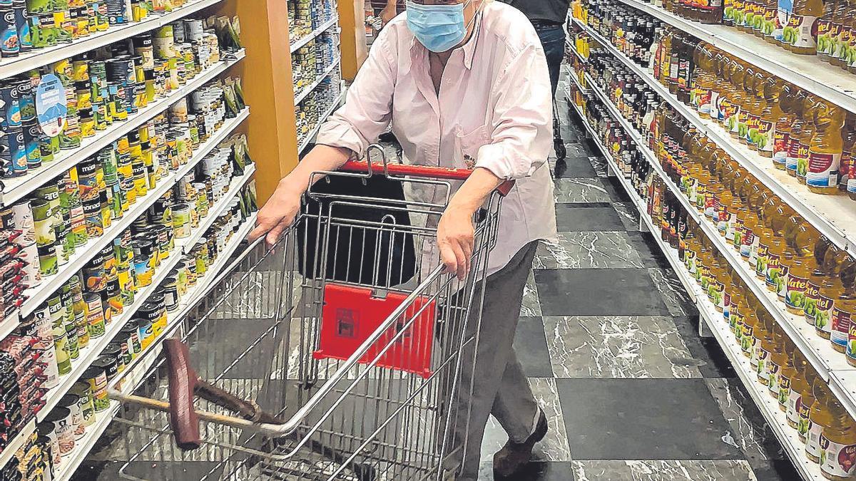 Una mujer hace la compra en un supermercado