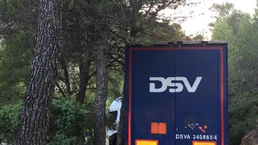 Una grúa intenta liberar al camión que bloquea la vía entre Llucena y Argelita