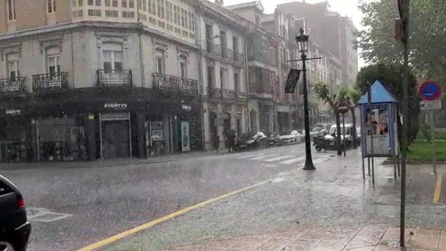 Tiempo en Asturias: Así fue la impresionante granizada que sorprendió a los vecinos de La Felguera este mediodía