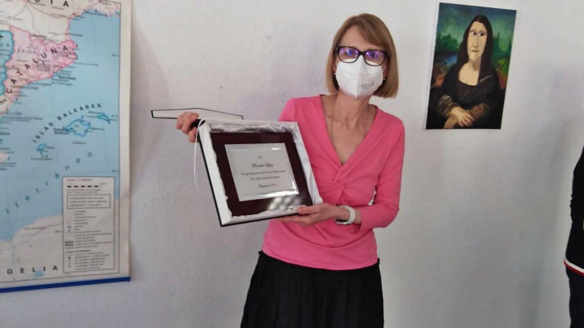Mercedes recibió una placa conmemorativa por sus 24 años de trabajo como profesora de adultos. | SERVICIO ESPECIAL