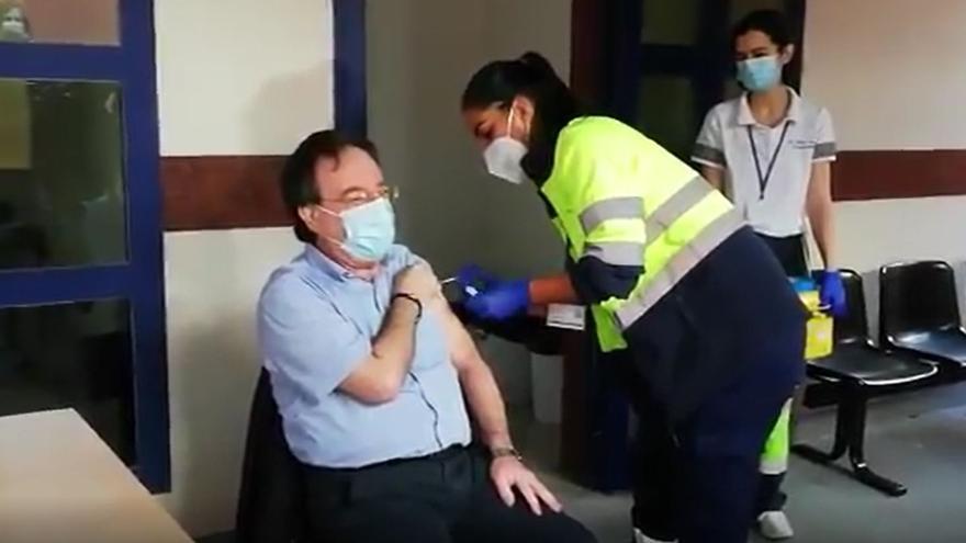 Amós García Rojas, vacunado contra la Covid-19