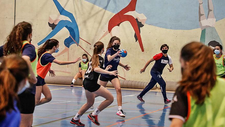 Las categorías inferiores del balonmano zamorano se entrenan en el Pabellón Azul