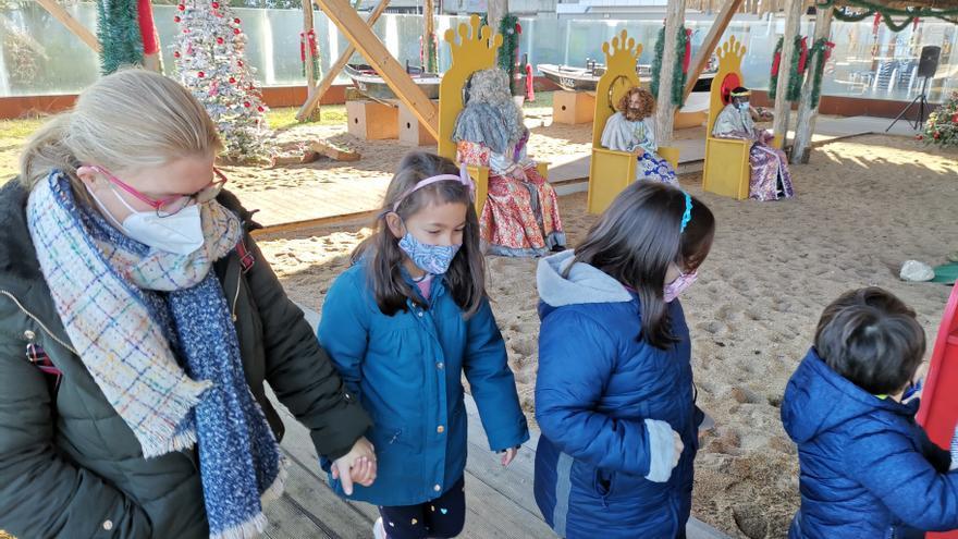 Decenas de niños de Bueu acuden a la recepción de los Reyes Magos