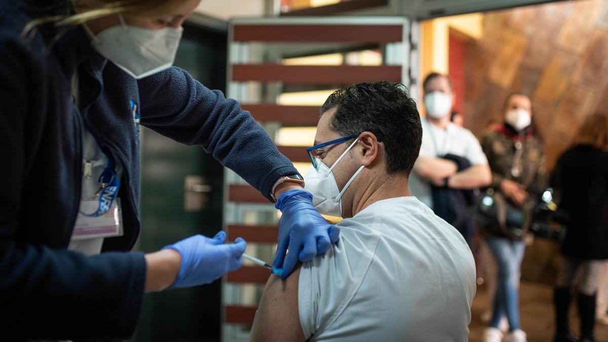 Vacunan a un sanitario contra la Covid-19