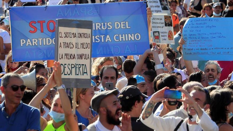 La Policía intenta identificar a los 'antimascarillas' de la protesta de Colón