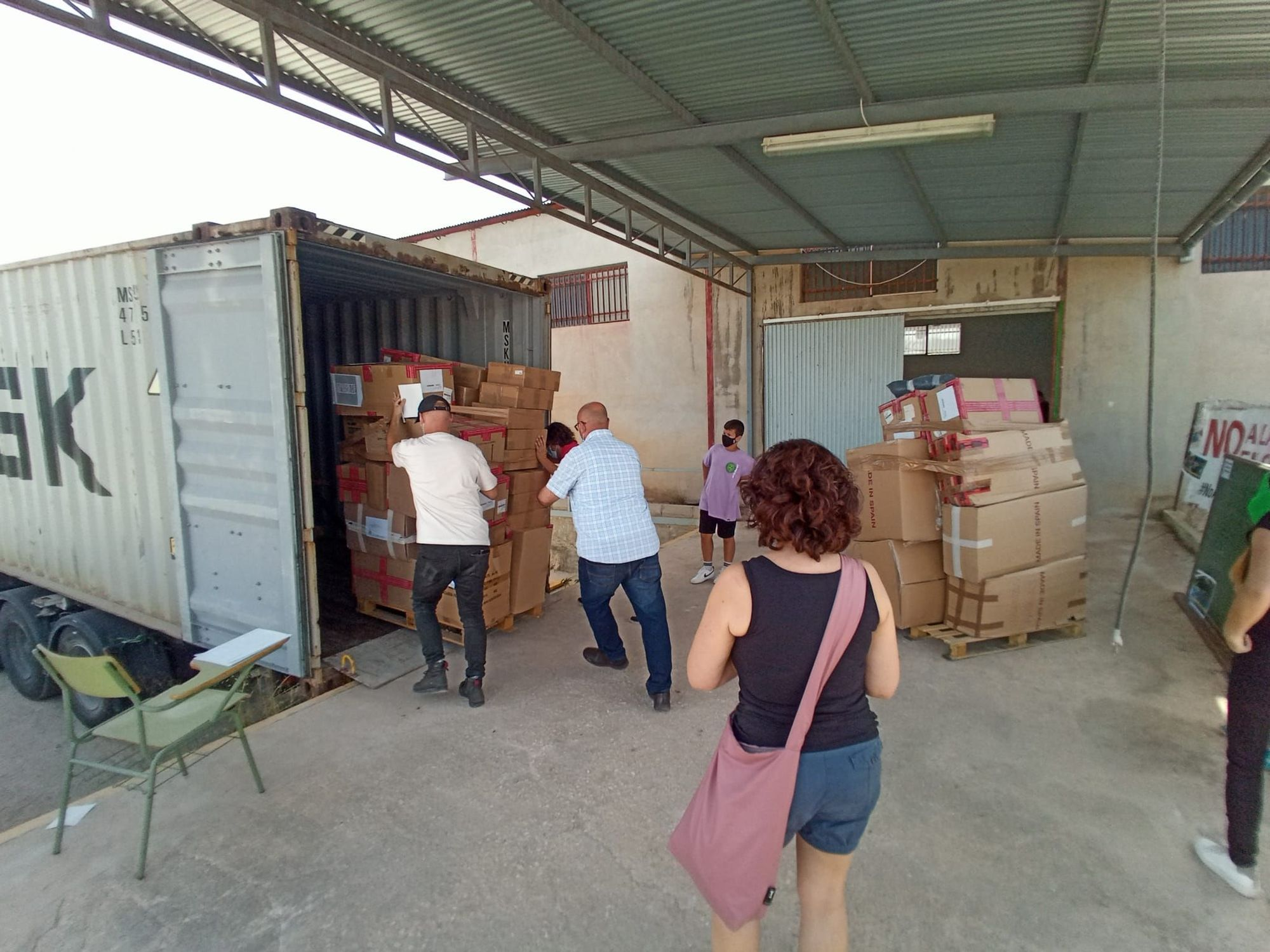 Así se carga desde Elche un contenedor solidario con destino a Siria