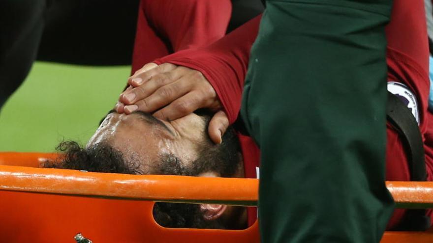 Salah, duda ante el Barça tras retirarse en camilla