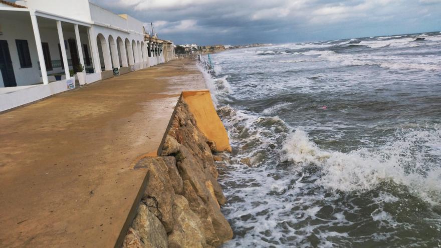 El temporal ja colpeja els murs de les cases de les Deveses de Dénia