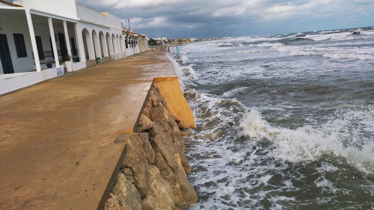 Las olas golpean con fuerza el parapeto que protege a las casas