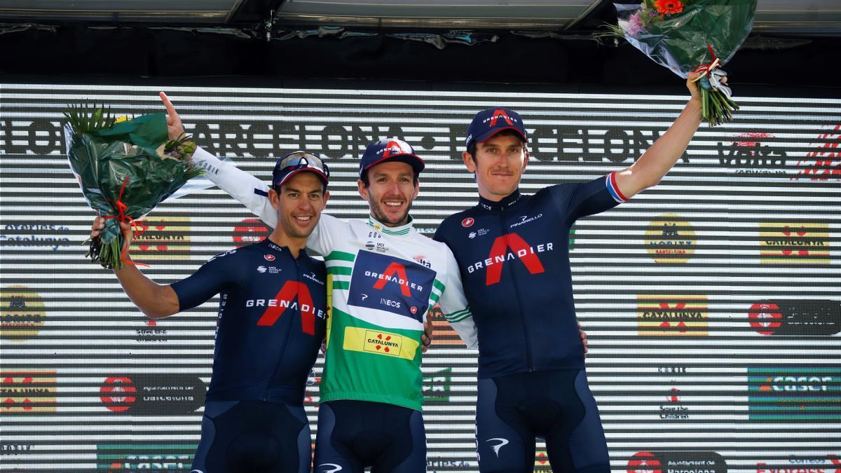 Adam Yates (C) celebra junto a sus compañeros de equipo Richie Porte (I) y Geraint Thomas.