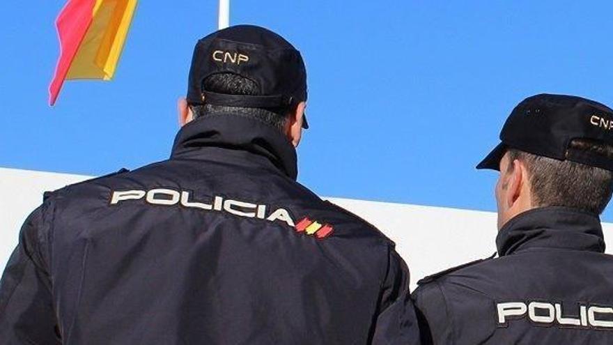 Una multitud agrede a un hombre que arrojó aguafuerte en la cara a una mujer en Málaga
