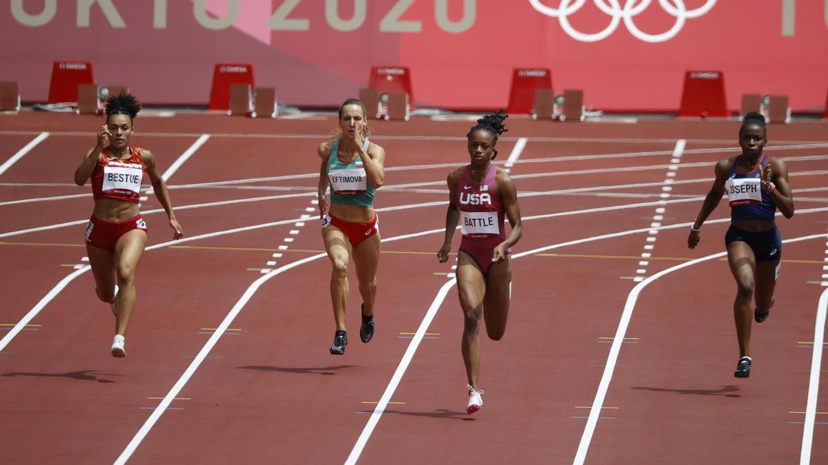 Jaël Bestué, a la izquierda, en la serie de los 200 metros de los Juegos de Tokio.