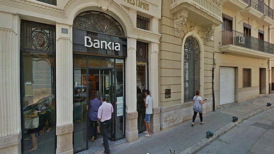 Dos atracadors desvalisen un banc a Carlet després de lligar de mans i emmordassar la caixera