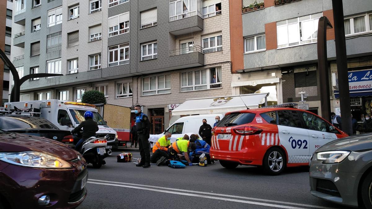 Los sanitarios atienden al peatón herido tras un atropello en la avenida de la Constitución.