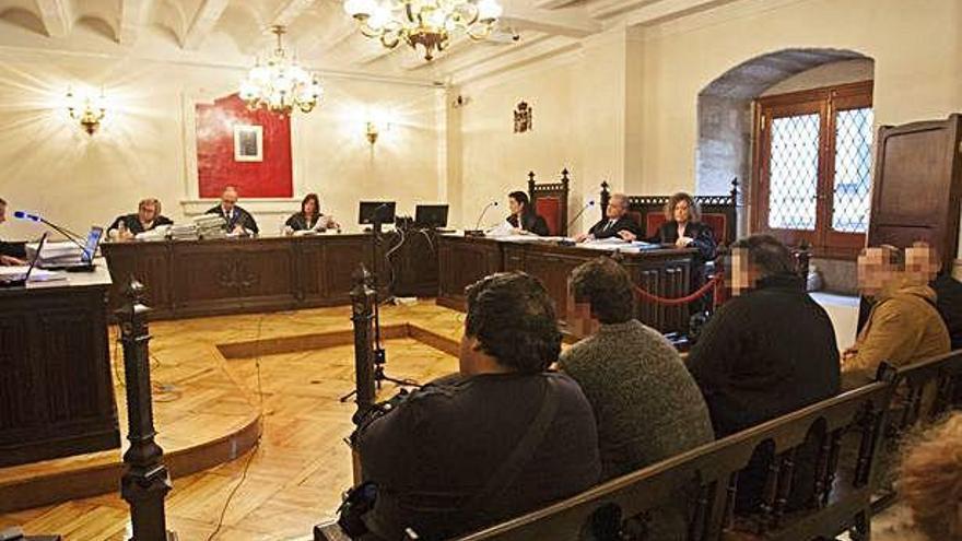 Cinco acusados estuvieron presentes en la sala y otro por vídeo conferencia.