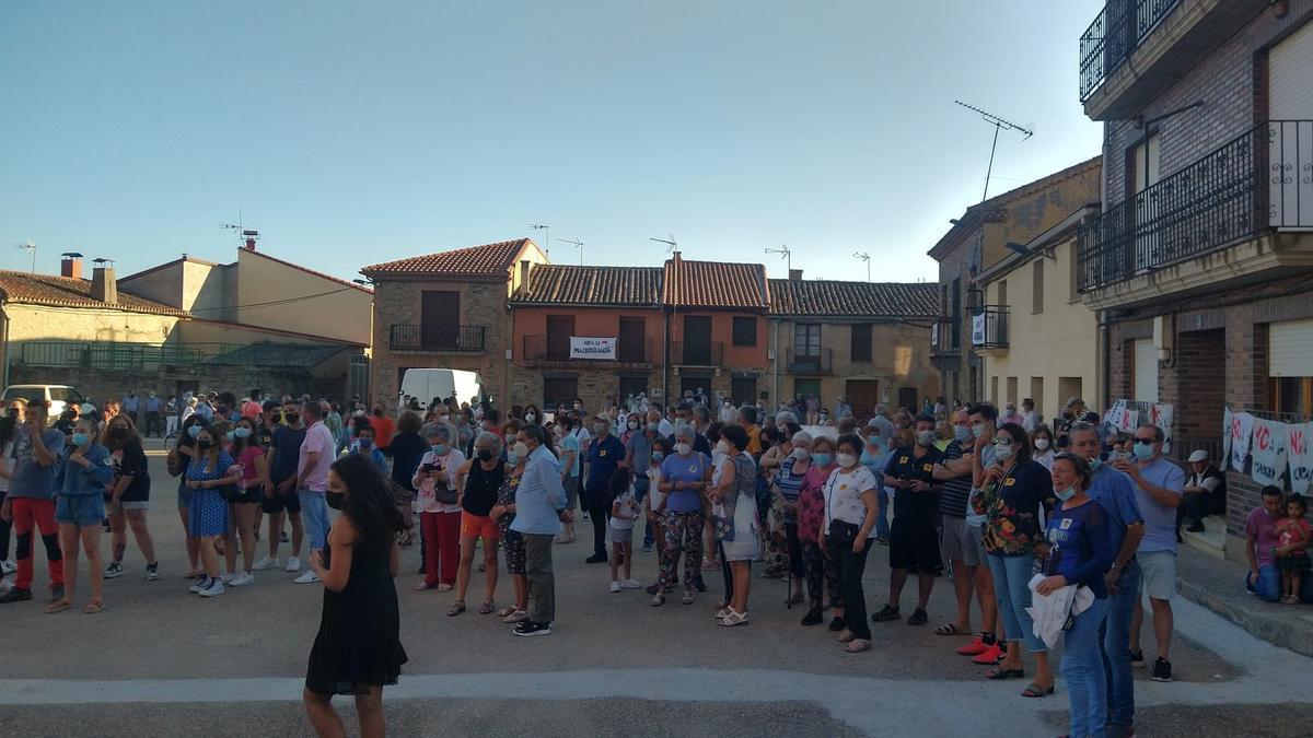 Concentración en Carbajales de Alba para exigir la revocación de la licencia de obras a la macrogranja.