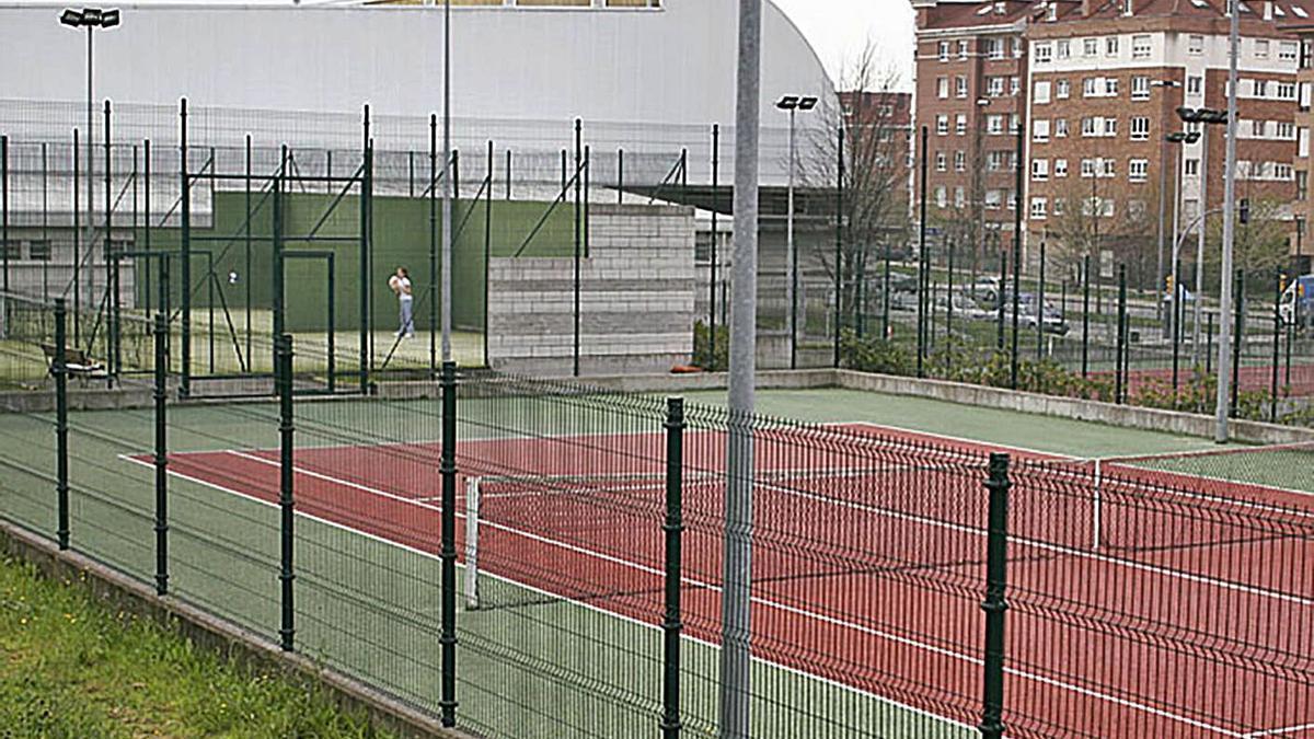 El pabellón de El Llano-Contrueces, tras las pistas de tenis.
